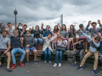 Duesseldorf_Student-group-at-the-Rhine_7454_16x9