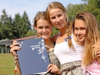 Lindenberg_Girls-w-folder_8597_16x9